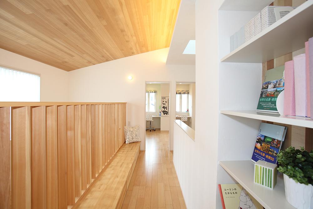 2階廊下にはベンチと棚を設けました。