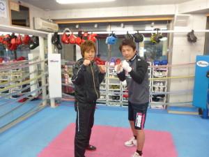 ボクシングのファイティングポーズをとる亀井店長