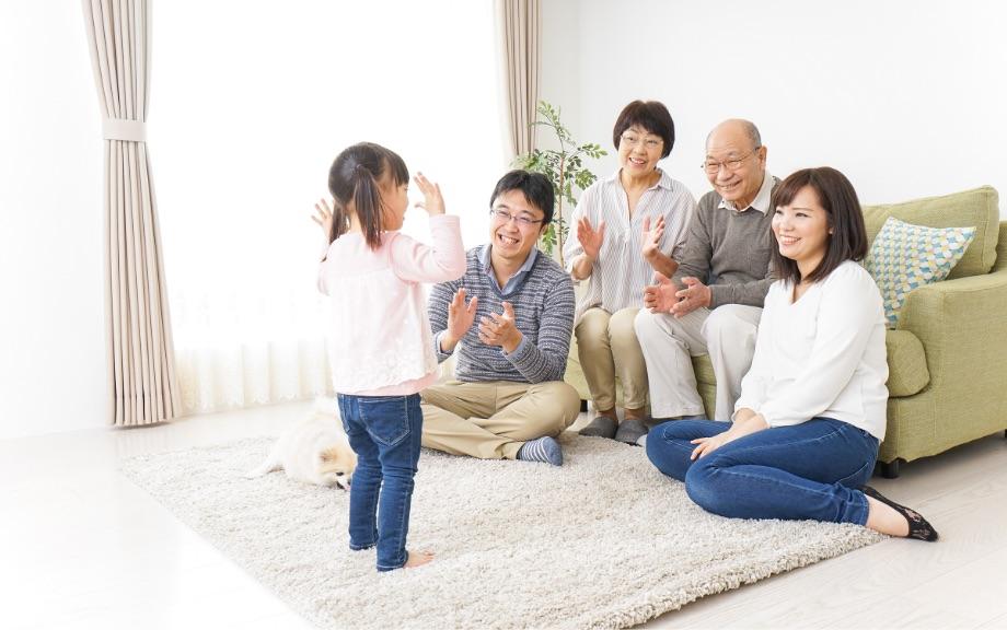 幸せそうに暮らす家族