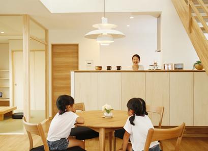 立ち上がりの高いキッチン。リビングの様子も伺いながら、料理にも集中できそうです。