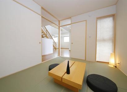 キッチンに隣接する和室は趣味のスペースとして、またお子様の遊び場所としても便利です。モダンなインテリアでおしゃれな和室です