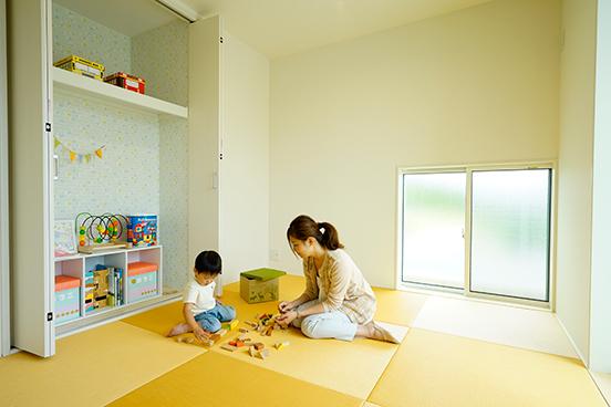 和室はキッズリビングとして計画しています。タタミの床はお昼寝や子供の遊び場に最適です。併設の収納は下は子供のおもちゃの収納に。上は寝具が収納できるように計画しました。