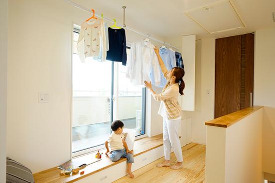 突然の雨に泣く泣く2回目の洗濯・・・なんてことがないように部屋干しスペースを設けました。足元のステップには子供のおもちゃ用の収納もついていて、子供を遊ばせながら家事をすることも可能です。また、花粉症の方にもおすすめの部屋干しスペースです。