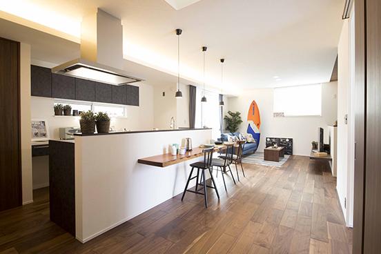 【ダイニング】<br /> LDKが一体となったデザイン。カフェ・バー形式に楽しく食事ができる、対面キッチン&カウンターダイニング。