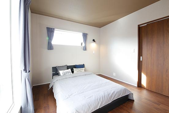 【寝室】<br /> 高い位置の窓は、外からの視線をさえぎりながらも室内にしっかり光を採り入れます。落ち着いた色合いで心安らぐ空間に仕上げました。