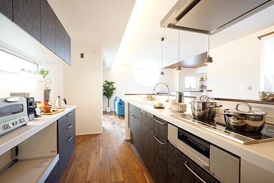 【キッチン】<br /> 背面のカウンター収納と合わせて十分な収納量を確保。お好きなキッチン小物を並べて、お気に入りの空間を作りませんか。