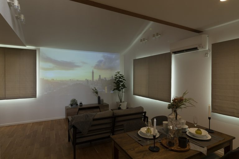 【ホームシアター】<br /> リビング正面は、大きなスクリーンにもなり、ホームシアターを楽しむこともできます。