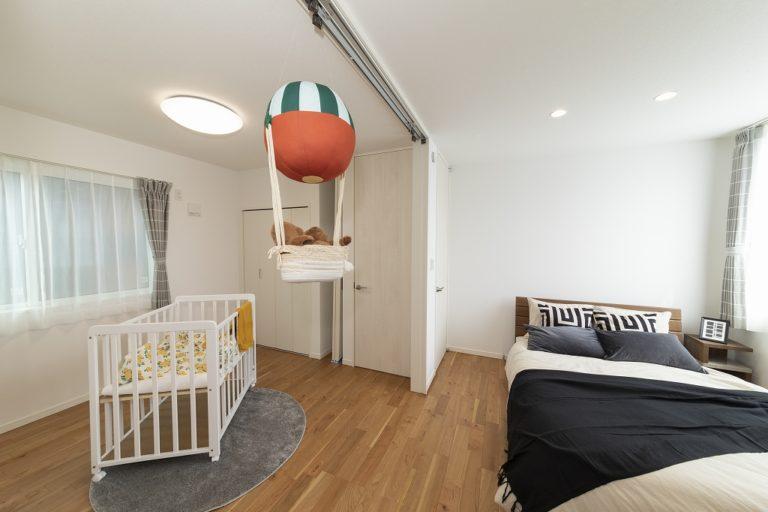 【主寝室】<br /> 子供部屋を個室として使うのは、まだまだ先。主寝室と子供室と続き間にして、添い寝時期が終わるまで、ゆっくりと家族で休むことができます。