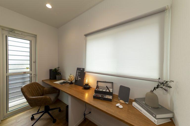 【書斎】<br /> 寝室と緩くつながり、家族を感じながら仕事ができるスペースとしました。勝手口を設け、ちょっとした気分転換や逃避行に最適です。