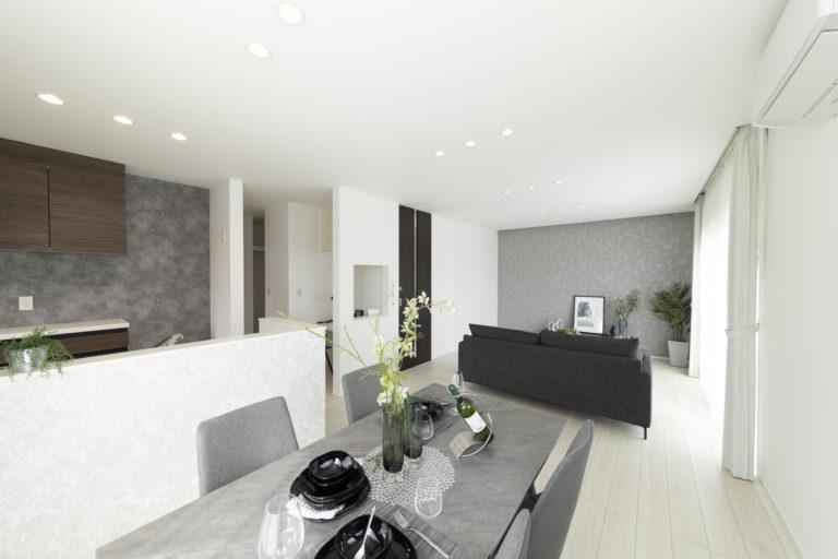 ■リビング<br /> 家族が思い思いに過ごすことが出来る広さを確保し居心地のよい癒しの空間となるように、 間接照明の優しい明かりで室内を上品に照らし、ラグジュアリー感を演出しています。
