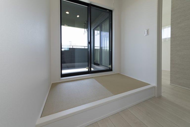 ■畳コーナー<br /> 屋根付きバルコニーに隣接しているので、夜、室内干しして朝外にだしたり、吹き降りの時に取り込んで室内で干したり臨機応変に活用できます。<br /> また、小上がりの畳コーナーを設け、ホコリを気にせず洗濯物の一時置きができます。<br />