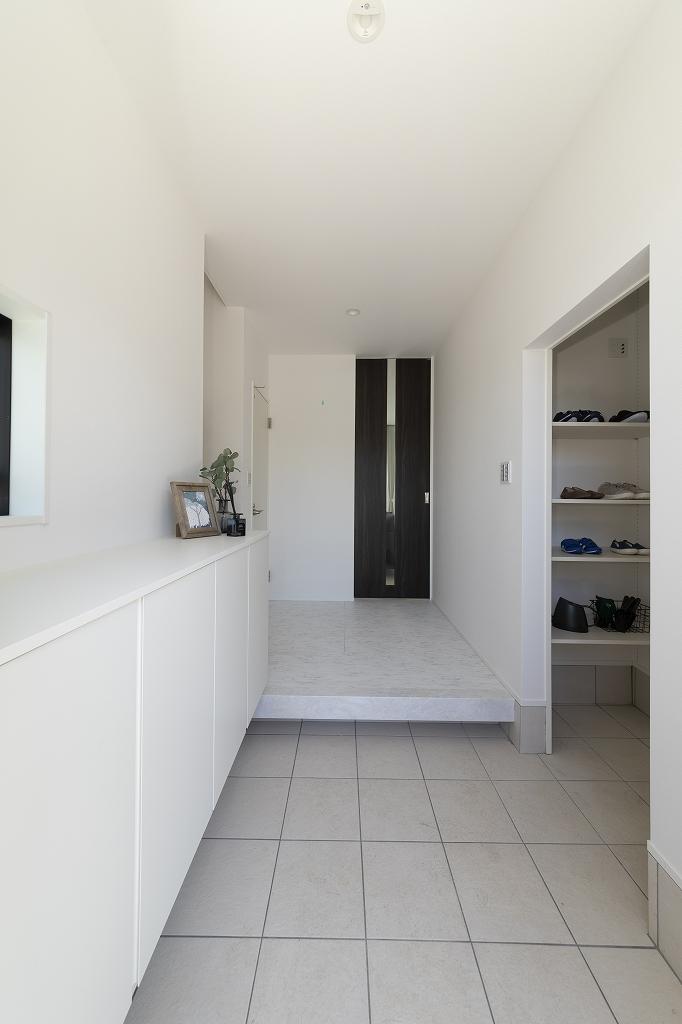 ■玄関ホール<br /> ホール右手にあるシューズクロークへ。扉をしめて隠すこともできます。
